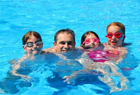 Teach your kids to swim on holiday