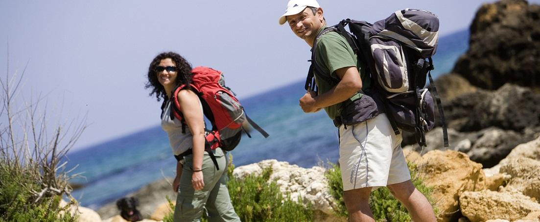 Malta, Gozo, San Blas Bay, junges Paar wandert von der Bucht aus am Meer entlang, 5.2006 Malta, Gozo, San Blas Bay, young couple is hiking from the bay along the seashore, 5.2006 Sport, Freizeit, leisure, sports, wandern, hike, trekking, Wanderung, Wanderer, hiker